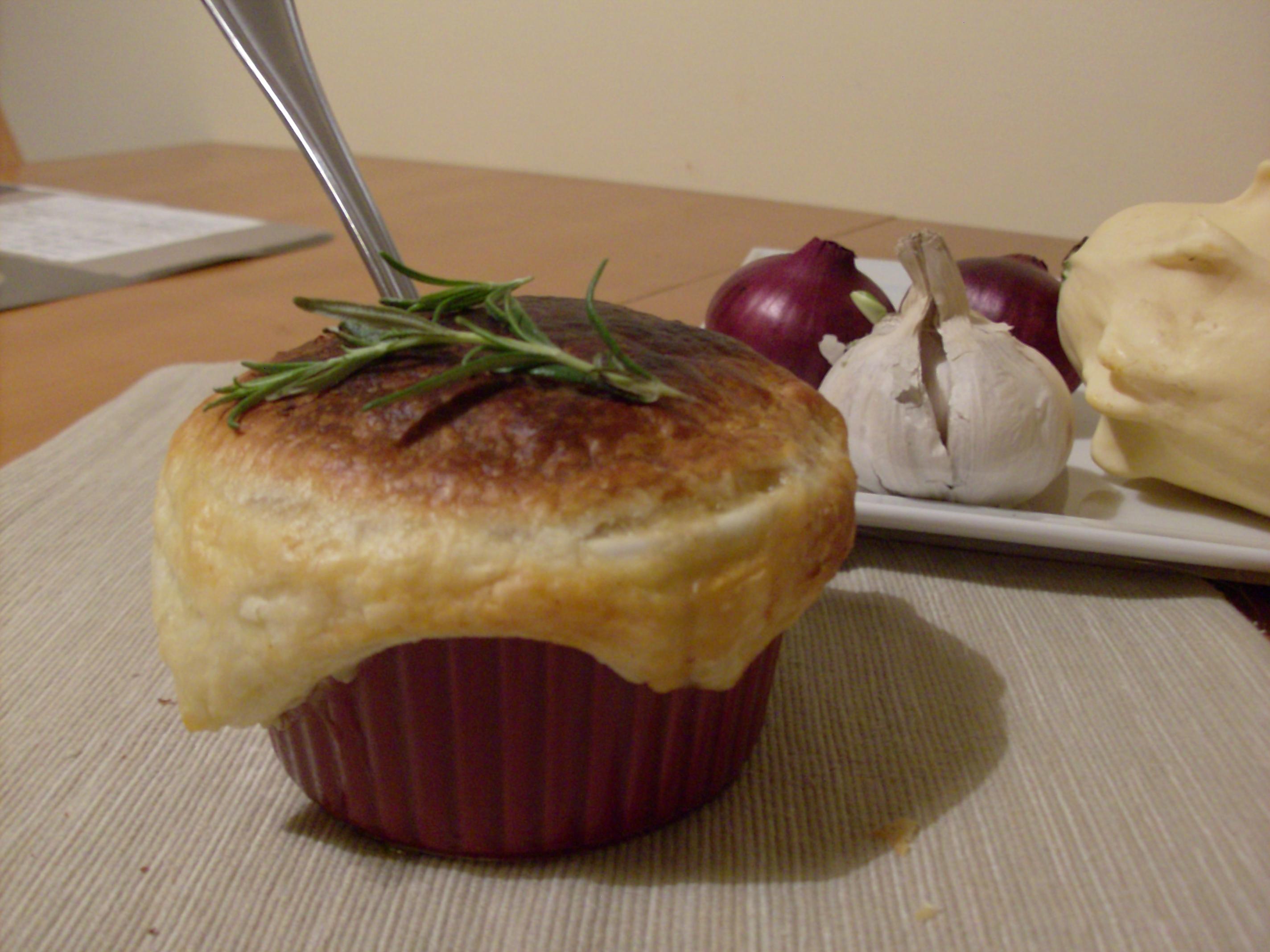 Zupa cebulowa z czapeczką z ciasta francuskiego