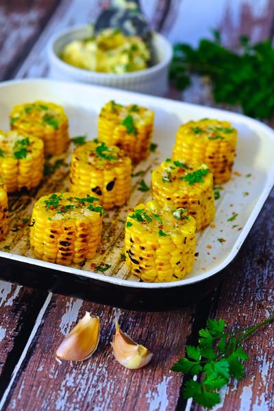 Grillowane kukurydze z masłem ziołowo-czosnkowym